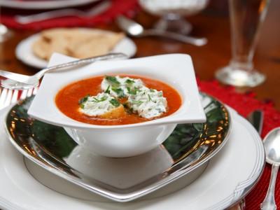 Crema tiepida di peperoni rossi con caprino al basilico