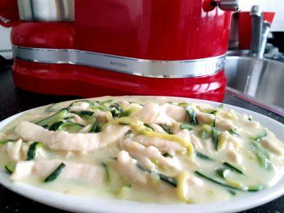 Straccetti di pollo con zucchine e crema di latte